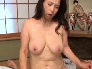 Older babe widen her legs wide open for some sexy pigeon-holing